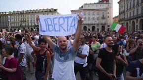 """Manifestazione no Green Pass a Torino, le voci dalla piazza: """"Le leggi razziali sono iniziate così"""""""