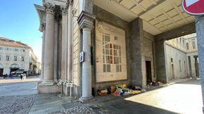 Coperte, materassi e scatole di cartone: dai portici del centro ai cantieri, crescono i bivacchi dei senzatetto