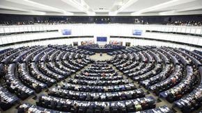 """Al Parlamento europeo il fronte """"no Green Pass"""": si presentano tutti insieme, senza mascherina e distanziamento"""