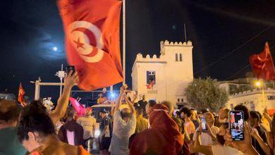 """Tunisia, il presidente Saied licenzia il premier e congela le attività del Parlamento: """"Non è un colpo di Stato"""""""