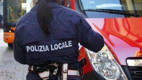 Ubriaco alla guida esce di strada in via Milano: danni alla vetrina di un negozio e al muro di un edificio