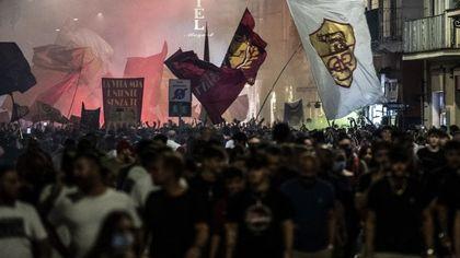Covid, il calcio è il nuovo untore di Roma: dopo i focolai per Euro2020, assembramenti dei tifosi giallorossi. E il virus torna a vincere