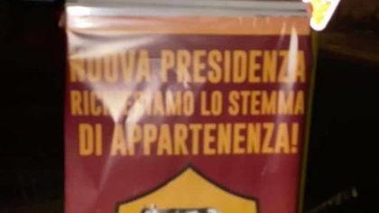 """Roma, """"ridateci il vecchio logo"""". Anche a Trigoria i manifesti dei nostalgici giallorossi"""