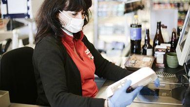 «Noi dietro alla cassa tra clienti che ci starnutiscono addosso»