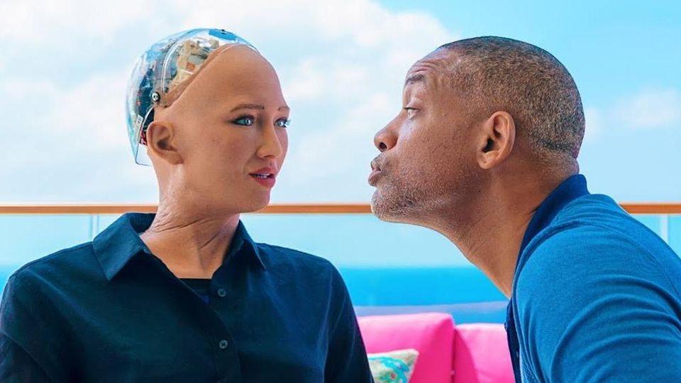 """Segretarie, cameriere, oggetti sessuali: anche per i """"robot-donna"""" è tempo di ribellarsi"""