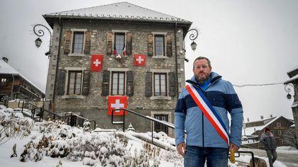 Francia, la protesta del sindaco di confine contro la chiusura dello sci: bandiere svizzere sul municipio