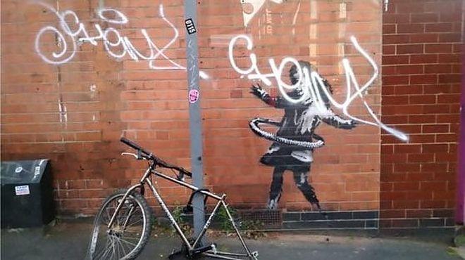 144006240 92215613 10b3 479e b74e 96aa8187382e - Regno Unito, la bimba dell'hula hoop è di Banksy. L'artista posta la foto su Instagram