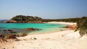 """Turismo selvaggio, """"ladri"""" di sabbia e plastica da Francia e Spagna: così l'inquinamento sta minacciando La Maddalena"""