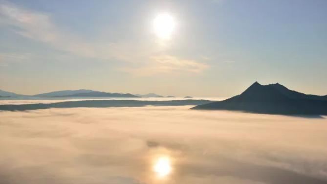 Il mistero del limpidissimo lago giapponese sempre ricoperto dalla nebbia