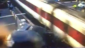 Tecnico ferroviario si schianta con l'auto contro un treno che viaggiava a 160 km/h e finisce in carcere: il video choc