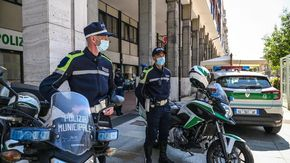 Multe di 600 euro a cinque ambulanti senza green pass al mercato coperto