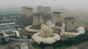 Inghilterra, le spettacolari immagini della demolizione della centrale elettrica di Eggborough