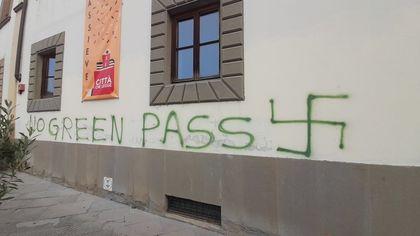 """Pontassieve, la svastica """"no Green Pass"""" disegnata sulla facciata del Comune"""