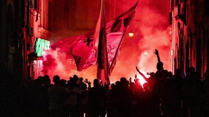 """La curva Sud invade Piazza del Popolo: 5 mila tifosi per il compleanno della Roma. La Prefettura: """"Ipotesi nuovi divieti per chi non rispetta le regole"""""""