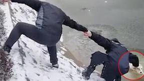 La catena umana in movimento si è formata per salvare un cane caduto in un lago ghiacciato