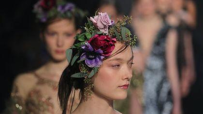 Fiori, fiori, fiori: abiti e accessori come bouquet