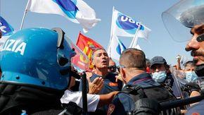 Alitalia, manifestanti in corteo a Fiumicino: scontri con la polizia