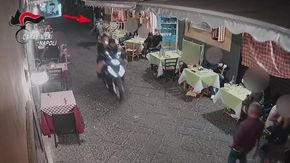 Napoli, turisti rapinati di un Rolex. Ma nella fuga uno dei malviventi perde lo smartphone