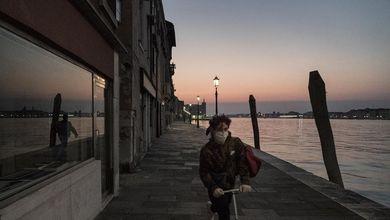 L'acqua finalmente pulita di Venezia rispecchia quello che siamo davvero