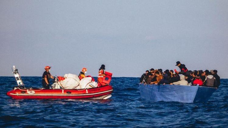 Migranti salvati dalla Alan Kurdi alla ricerca di un porto sicuro ...
