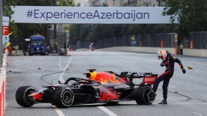 Rabbia Verstappen, va fuori e prende a calci la sua Red Bull
