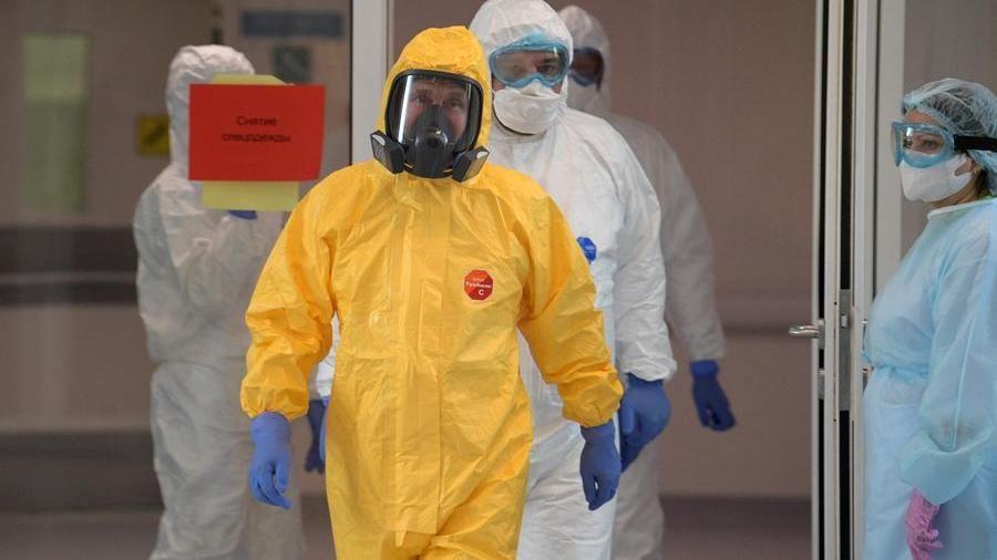 Il presidente russo Vladimir Putin visita un ospedale doce ricoverati malati di coronavirus