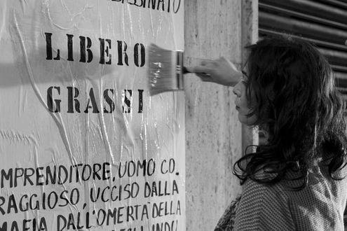 I figli di Libero Grassi spruzzano vernice rossa nel luogo in cui l'imprenditore anti-pizzo fu ucciso dalla mafia - La Stampa