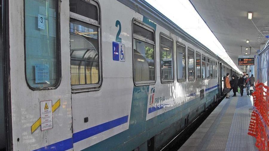 Torino, come sardine sul treno del mare e convogli soppressi: viaggio incubo per migliaia di turisti