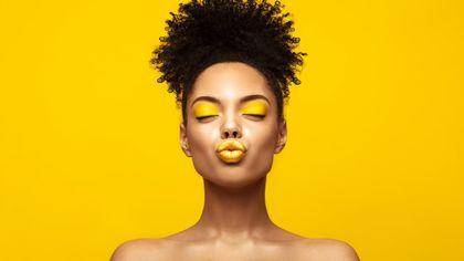 Dal limone al fluo, il make up è giallo