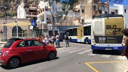 Mondello, l'autobus non riesce a svoltare: traffico impazzito in viale Regina Elena
