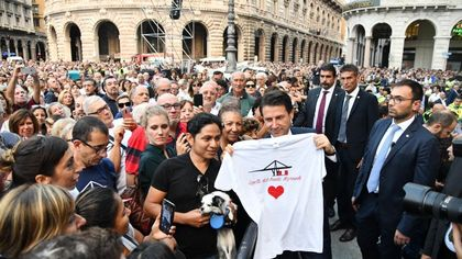 Il premier Conte nella piazza gremita per la commemorazione del crollo di ponte Morandi