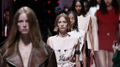 Prada: Milano chiama Shangai. La PE 2022 è insolitamente seducente
