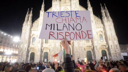 """Piazza Duomo, in 300 alla fiaccolata No Green Pass: """"Trieste chiama Milano risponde"""""""