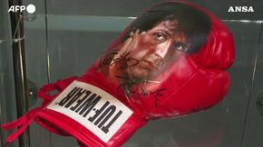 Guantoni, fascetta e stivaletti: Sylvester Stallone mette all'asta gli oggetti usati per Rocky e Rambo