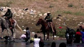"""Texas, cavalli e frustate della Polizia contro i migranti al confine. La Casa Bianca: """"Orribile"""""""