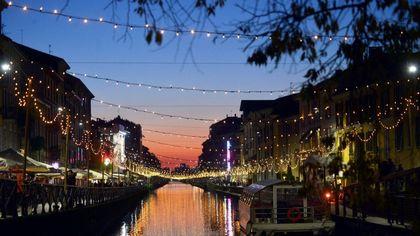 Le luminarie si riflettono nell'acqua: il Natale sui Navigli è speciale