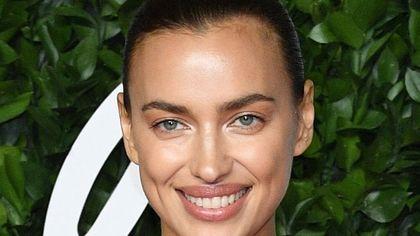No make-up e più sorrisi: così è cambiata la beauty routine di Irina Shayk dopo la maternità