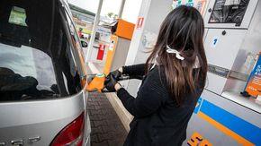 """Caro benzina, prezzi al massimo dal 2014, le associazioni dei consumatori: """"Stangata da 338 euro all'anno"""""""