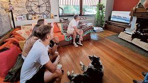 Il ciclista albese Matteo Sobrero a casa Ganna per festeggiare l'oro olimpico di Pippo
