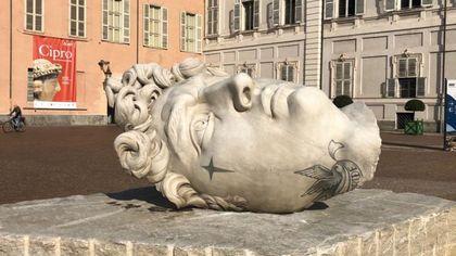 Sono arrivate in piazzetta Reale le sculture  tatuate di Fabio Viale. In mostra anche il torace di marmo di Fedez