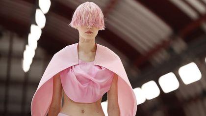 La sfilata di Loewe alla Parigi fashion week per la primavera-estate 2022
