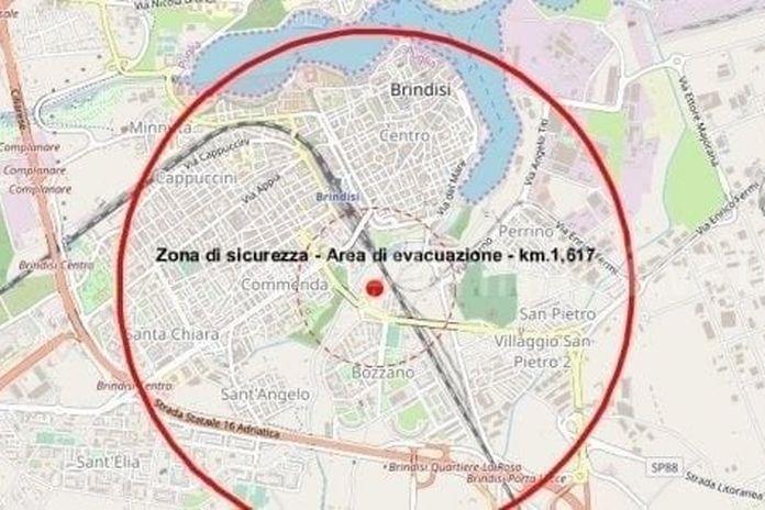 """Bomba a Brindisi, all'alba scatta l'evacuazione di 54mila abitanti per disinnescarla: """"Alto il rischio di esplosione"""""""