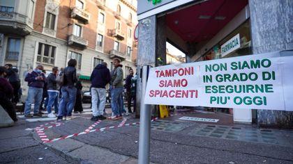 Covid: maxi-coda per i tamponi,  farmacia di Torino chiama la polizia