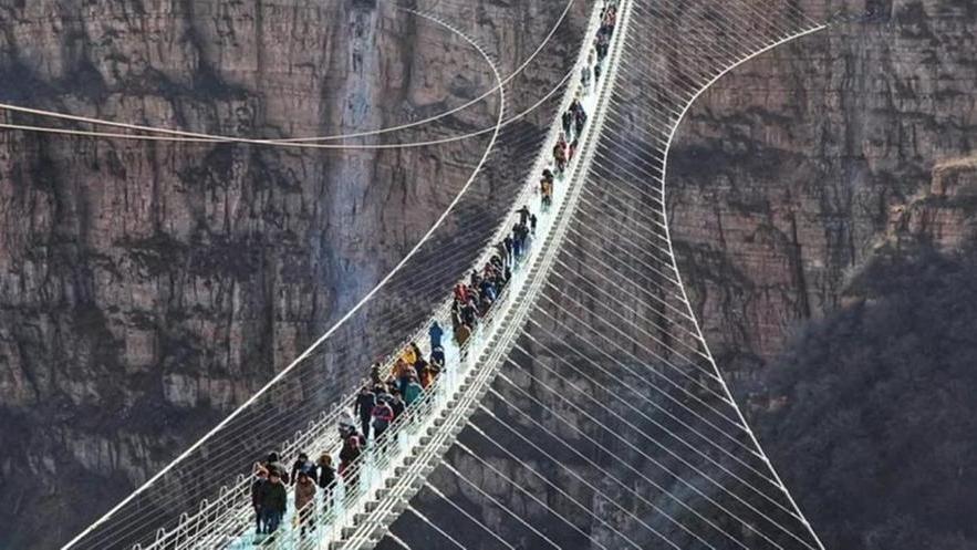 """""""Troppi pericoli per i turisti"""", la Cina chiude trentadue ponti di vetro"""