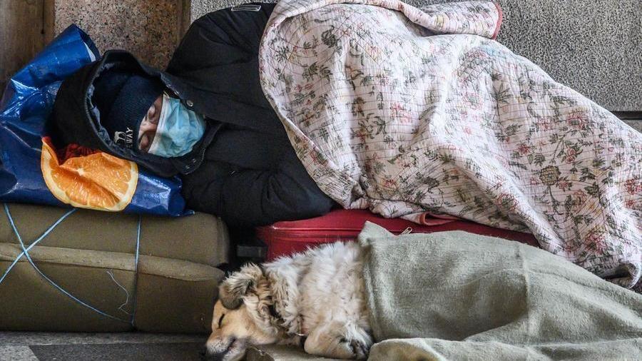 """Torino e la guerra strisciante ai senzatetto: """"Niente elemosina o vi requisiamo il cane"""""""