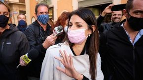 """L'addio di Raggi al suo ufficio in Campidoglio: """"Per me è stato un onore, darò un sostegno costruttivo alle battaglie per Roma"""""""