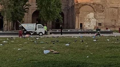 """Piazza della Pace è un tappetto di rifiuti. """"Vergognoso"""""""
