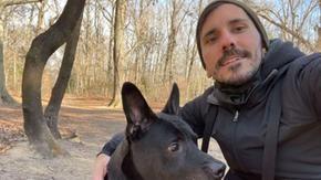 Ragazzo compra una casetta nel bosco per trasformarla in una casa di riposo per il suo cane