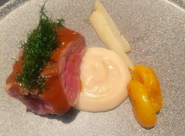 Presa di maiale con albicocche,chef Cristina Bowerman (foto Mosello)