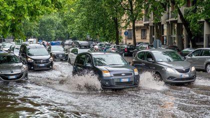Maltempo, forte temporale a Milano: strade e scuole allagate